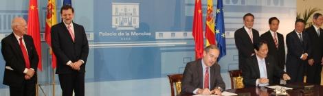 Mariano Rajoy, Presidente de España, Wu Bangguo, Presidente del congreso de China, Marco Wang Presidente 3E Henming, firmando acuerdo.